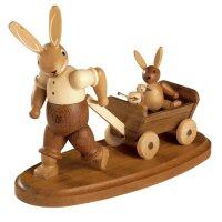 Müller Hasenvater mit Kind auf Bollerwagen natur klein