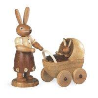 Müller Hasenmutter mit Kinderwagen